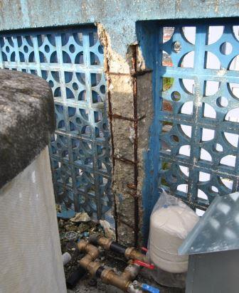 Pilar de hormigón dañado